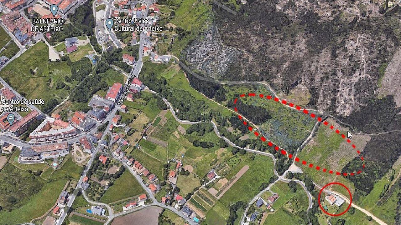 Sobre una imagen de Google maps aparece marcada con un círculo rojo la vivienda en donde se  localizó un pozo con agua caliente y arriba, con marco discontinuo, el suelo donde el Concello proyecta el área termal. A la izquierda se identifica el centro de salud y en la parte superior el balneario y el centro cívico