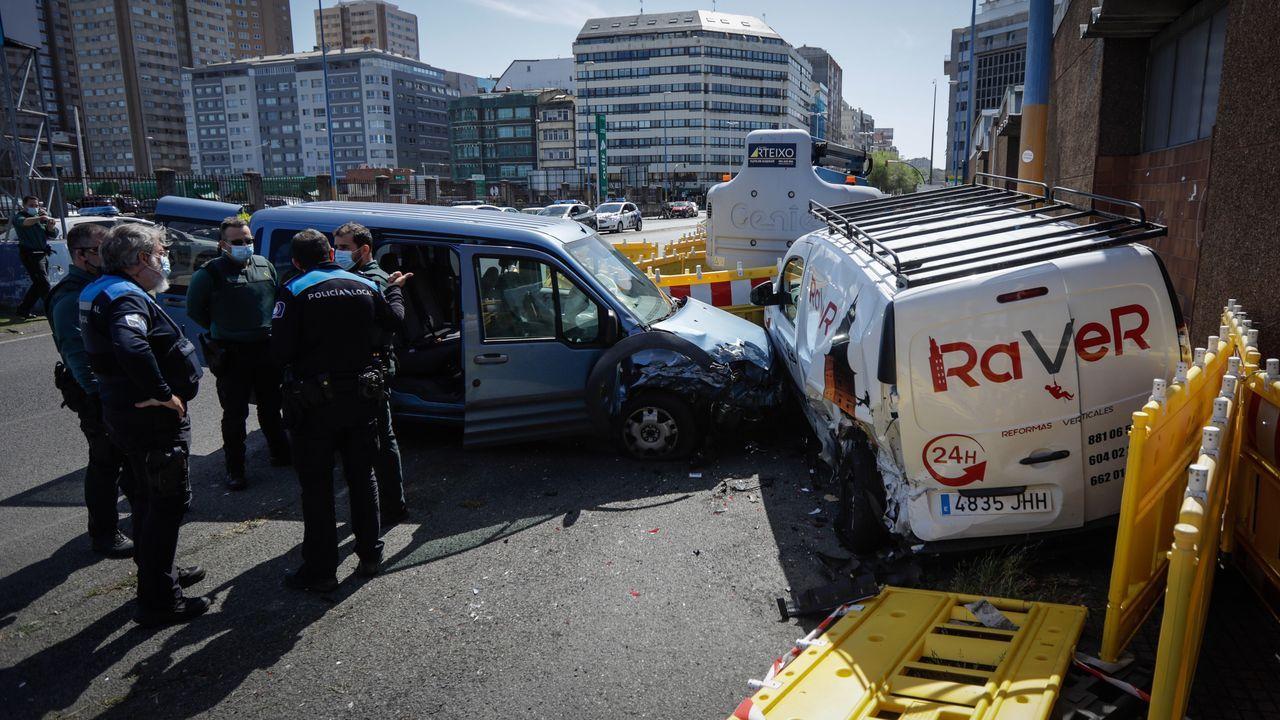 Agentes inspeccionan y recaban pruebas en el lugar que colisionaron la furgoneta, en las inmediaciones del puerto de A Coruña