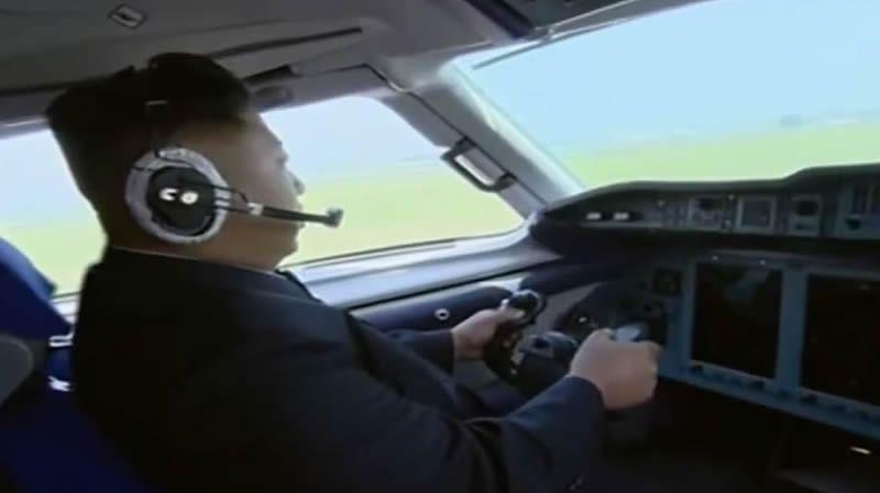Kim Jong-un pilota un avión