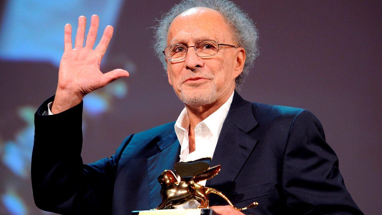 El director estadounidense Monte Hellman, en Venecia, con el León de Oro especial que ganó por su película «Road to nowhere»