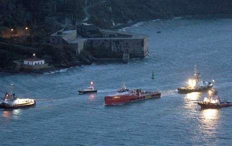 El buque fue acompañado de más remolcadores de lo habitual a su entrada en la ría ferrolana.