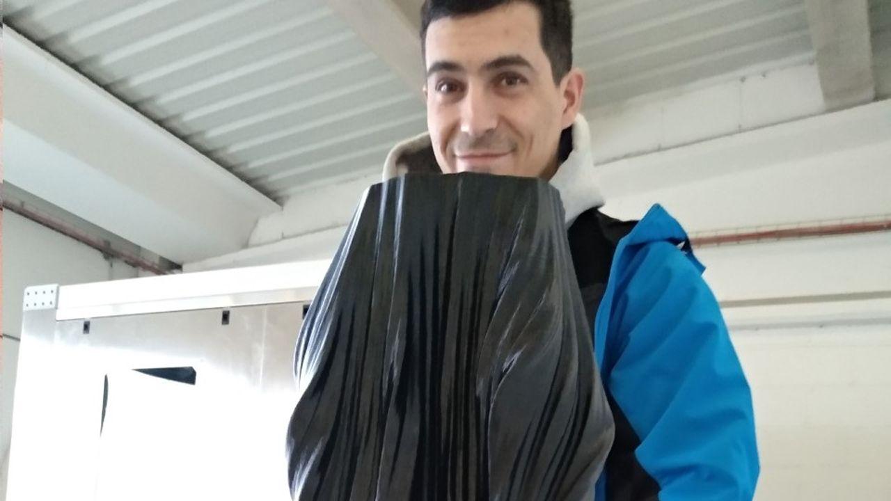 Mahor Muñiz con una pieza impresa con la impresora de gran format