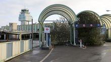 Al lado de las modernas instalaciones del aeropuerto, la maleza engulle la vieja terminal