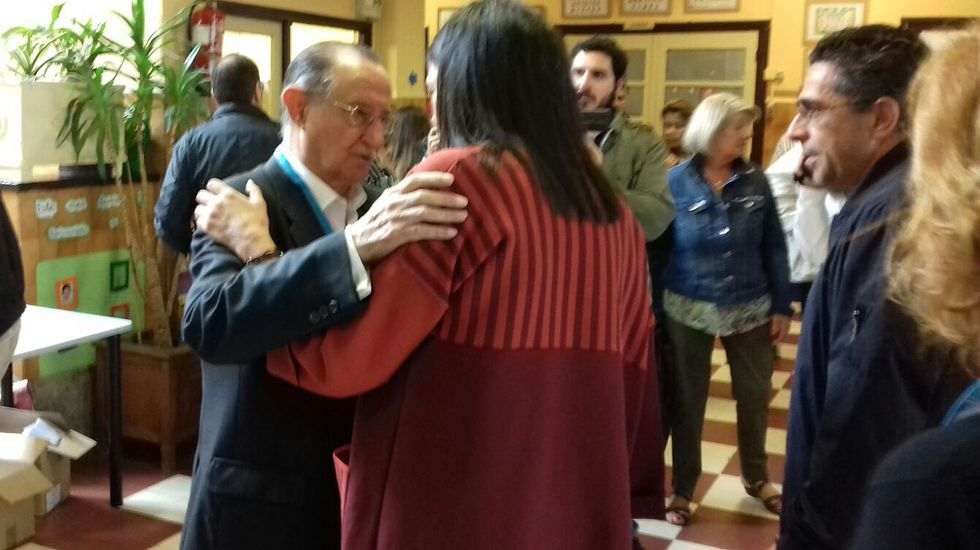 El interventor del PP abraza a la candidata popular, Susana López Ares