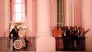 La pareja presidencial y su familia observan los fuegos artificiales desde los balcones de la Casa Blanca