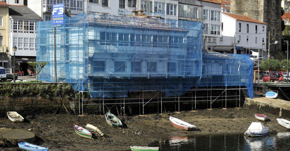 El edificio se encuentra actualmente rodeado de andamios a causa de las obras de mejora.