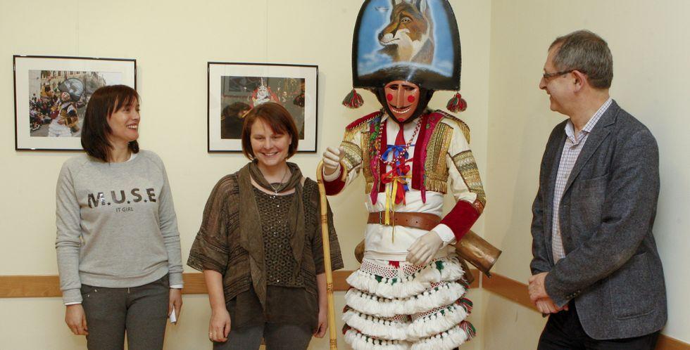 Eirís, Blanco e Ferrero, a carón do traxe dun felo que complementa a mostra fotográfica inaugurada onte no Pazo.
