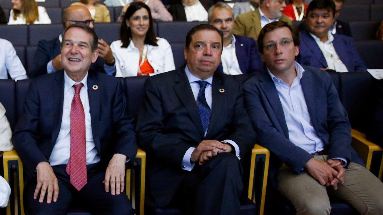 Accidente con tres muertos en la Ap-9 en Vigo.Caballero y Almeida, con el ministro Luis Planas entre ellos.