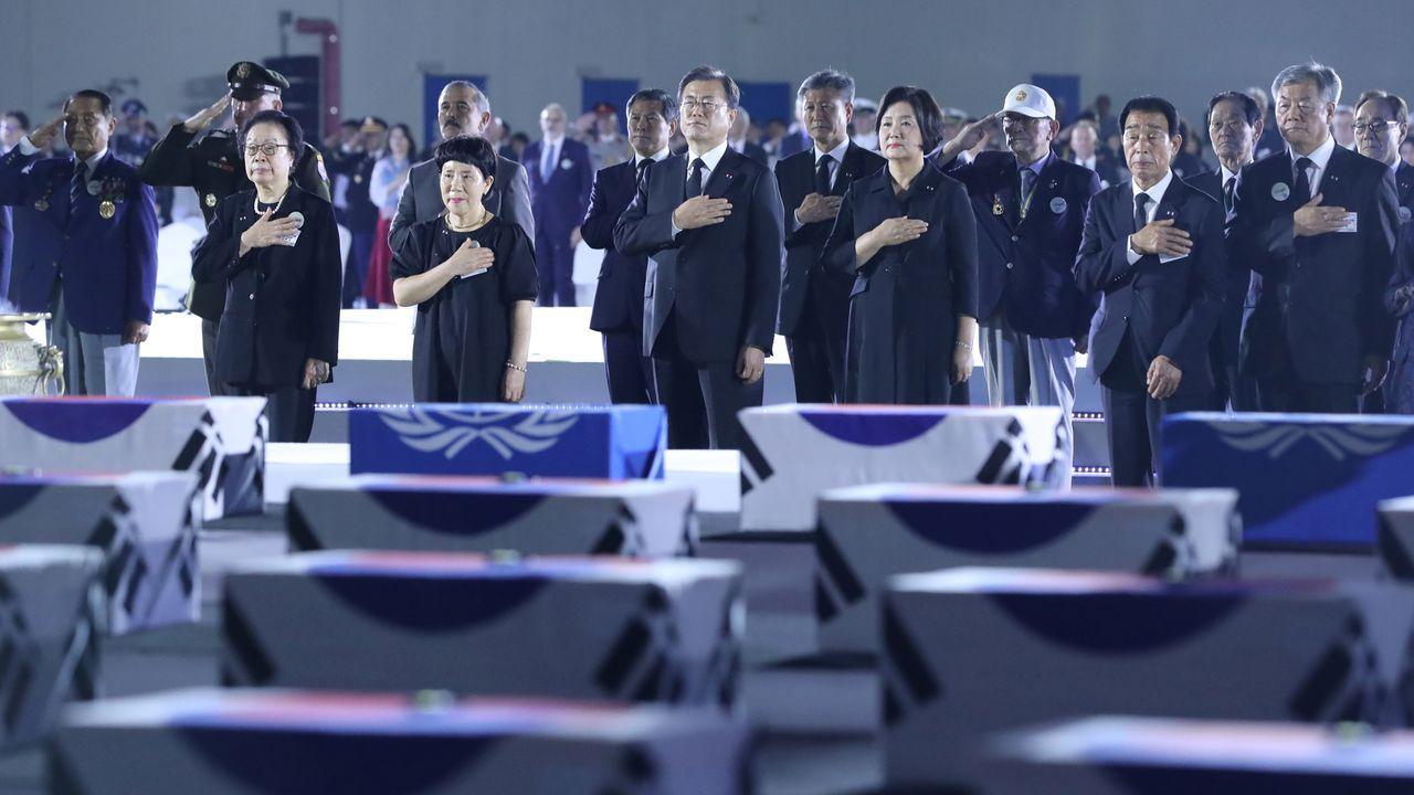El presidente Moon Jae-in, en el acto de este jueves con los restos de soldados muertos en la guerra de Corea