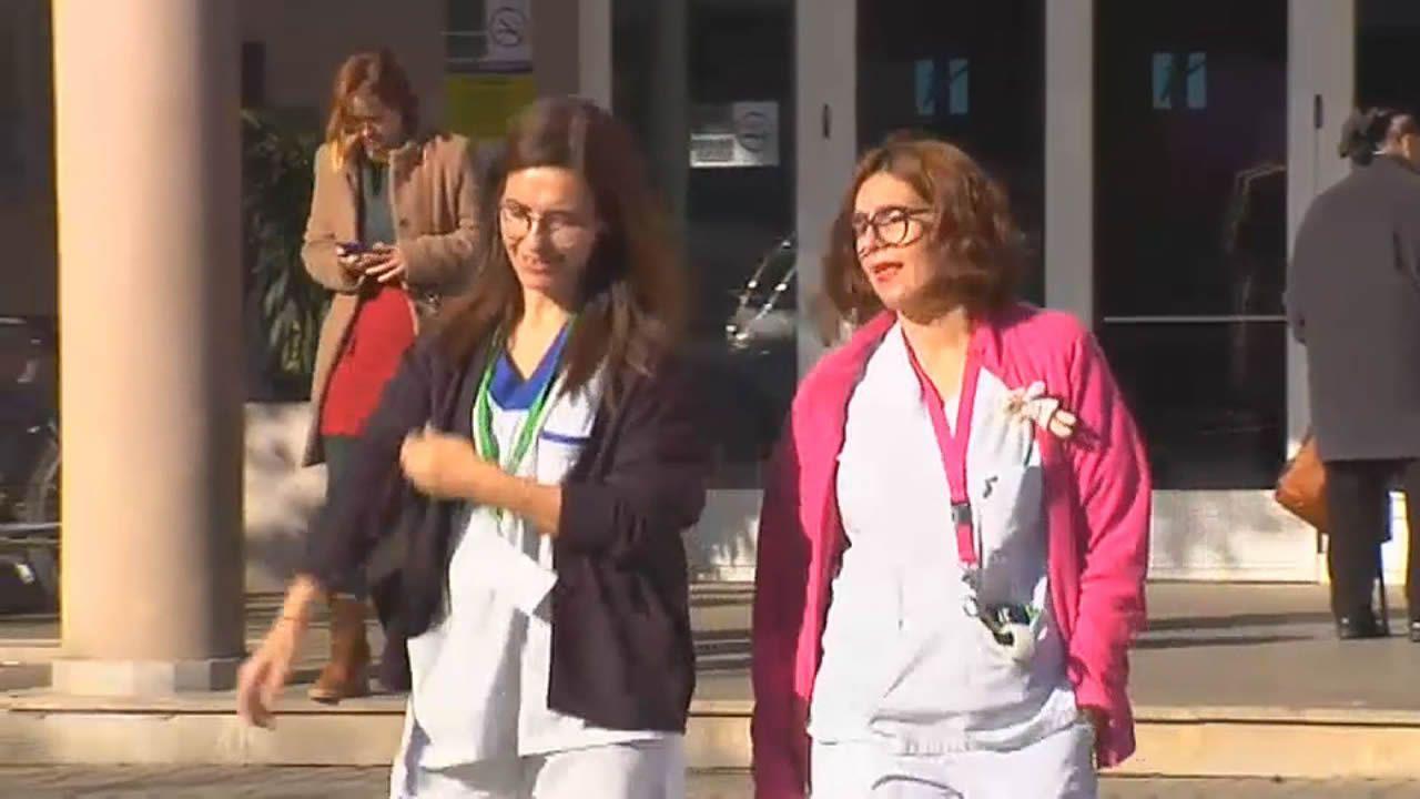 Mercedes Gómez (izquierda) y Vanesa Faro (derecha), esta martes en el Hospital de Verín