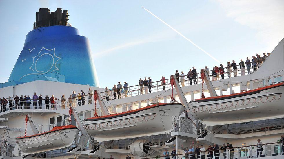 Un crucero de la naviera Saga zarpando de Ferrol