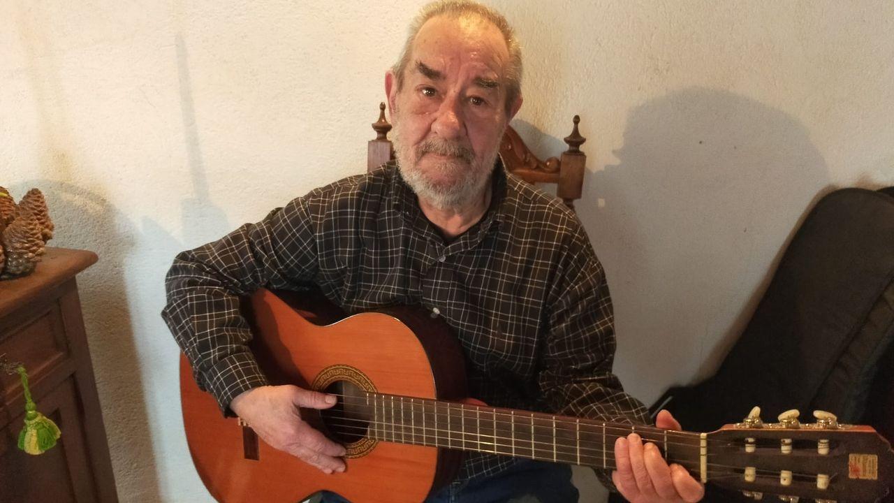 Unidos desde pequeños. Fernando Somoza todavía mantiene amistad con el grupo de amigos que, siendo niños, sintieron pasión por la música y llegaron a formar un grupo. Antes de la pandemia se reunían cada semana en Lugo. Ahora que no pueden, él inicia estudios oficiales de música para tocar la guitarra, su gran pasión, con partitura.