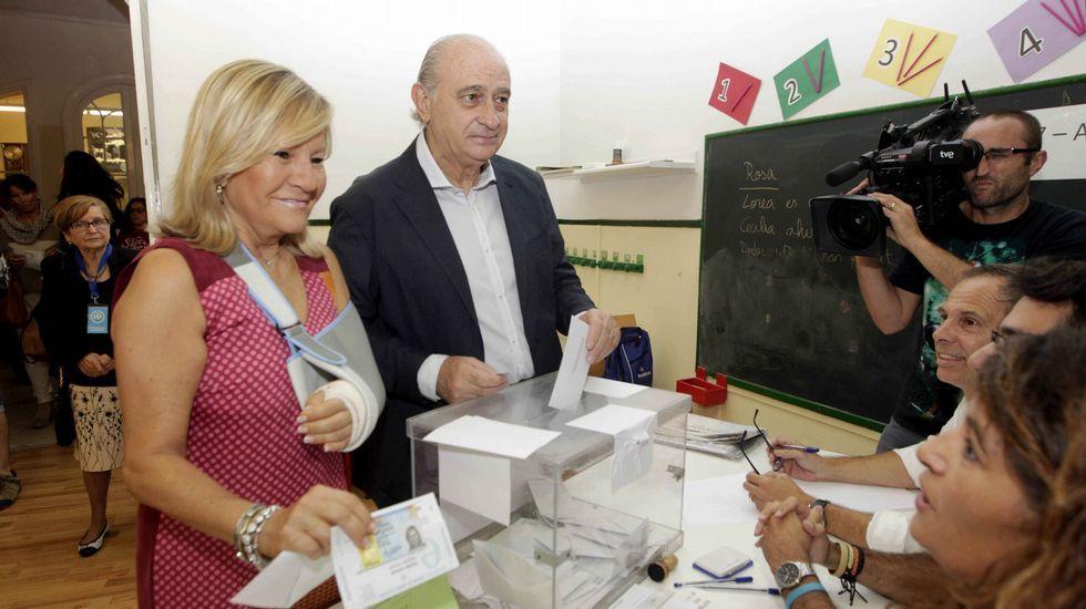 El ministro del Interior, Jorge Fernández Díaz, junto a su esposa Asunción Carcoba, vota en la Escola Augusta (Barcelona)