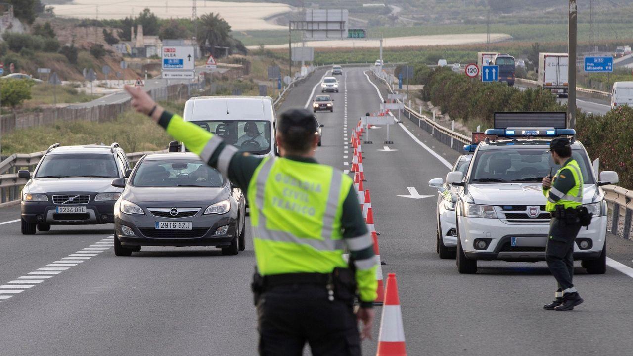 Imagen de un control de la Guardia Civil este viernes para vigilar los desplazamientos a las segundas residencias
