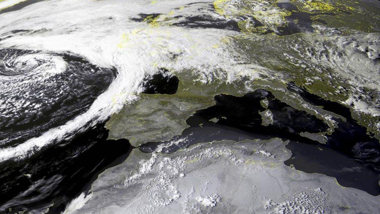 El frente asociado a los restos de la tormenta tropical Kyle ya cruzan la comunidad gallega
