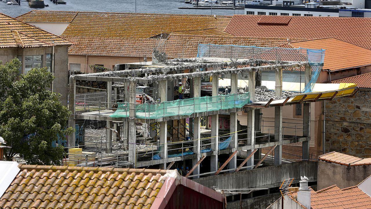 Los aficionados se encogen en los asientos de la grada de Río Bajo