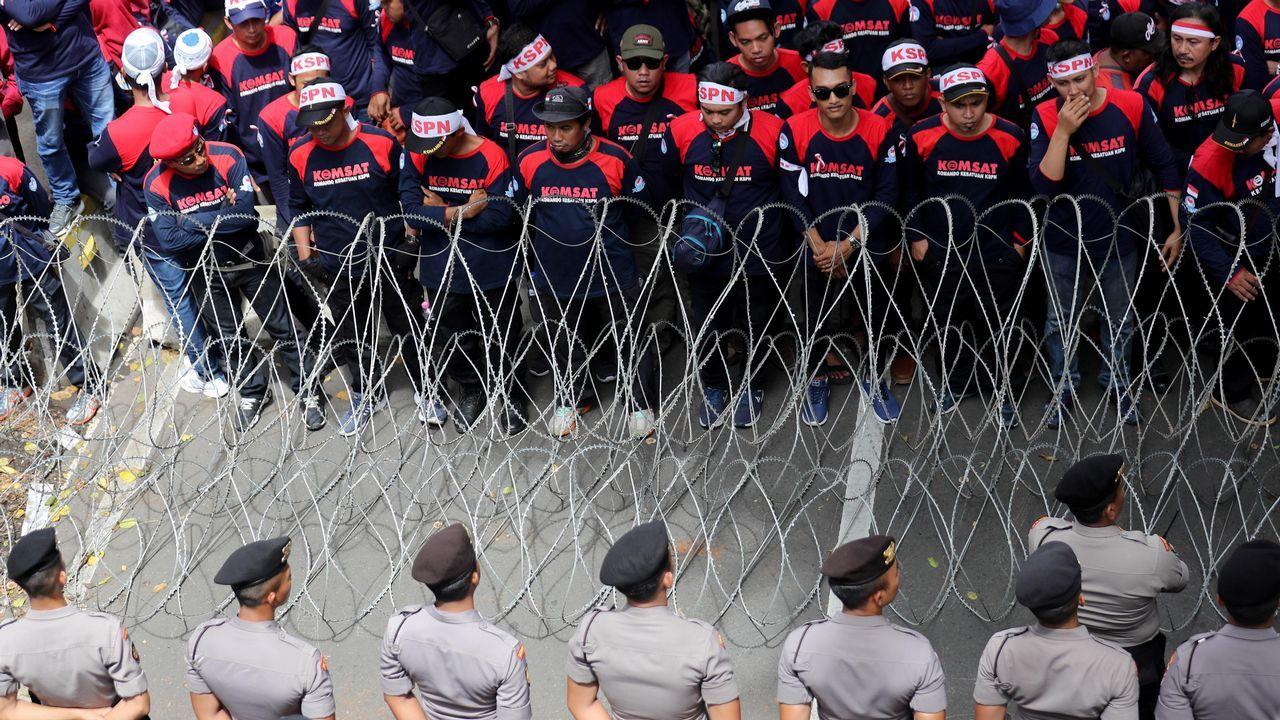 Varias trabajadoras protestan durante una marcha convocada hacia el Palacio Presidencial en Yakarta. Miles de trabajadores toman este Primero de Mayo las calles en Indonesia para pedir al Gobierno un aumento del salario mínimo y una mejora de las condiciones laborales.