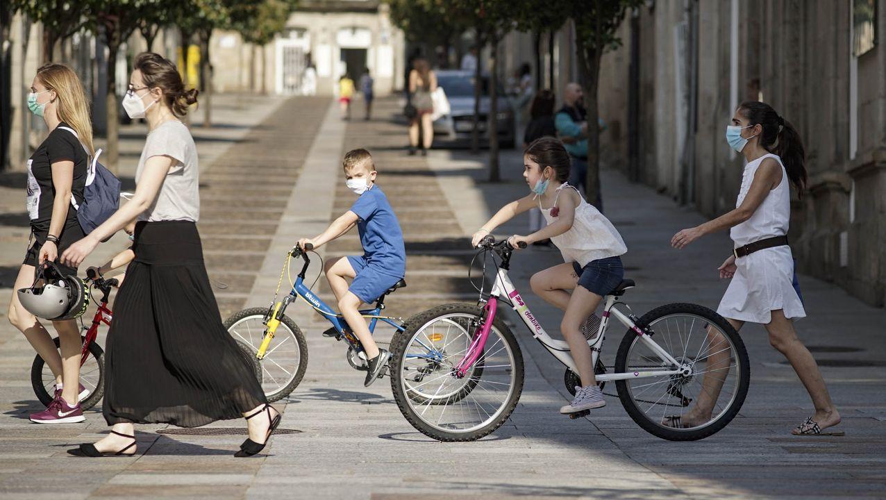 Bicicletas circulando por una zona peatonal en Ourense