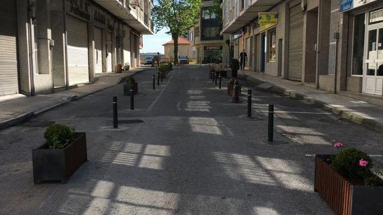 Jardineras y bolardos para ampliar la zona de paso peatonal en la rúa Alarico de Allariz
