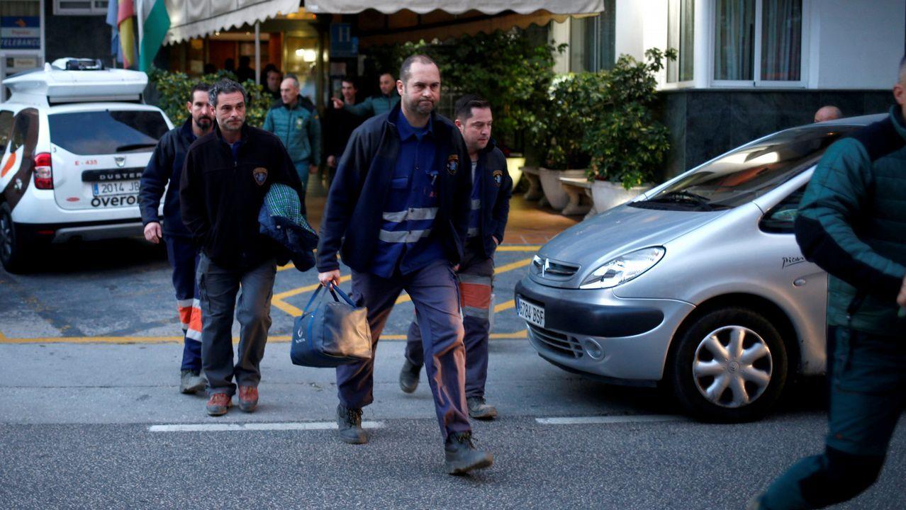 La Brigada de Salvamento Minero asturiana, saliendo del hotel en el que pasaron la noche