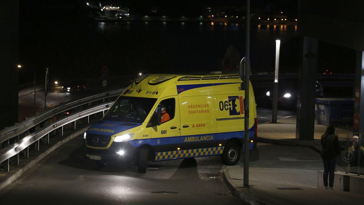 Primer vacunado contra el covid en A Coruña.Ambulancia en el Hospital Universitario A Coruña (Chuac)