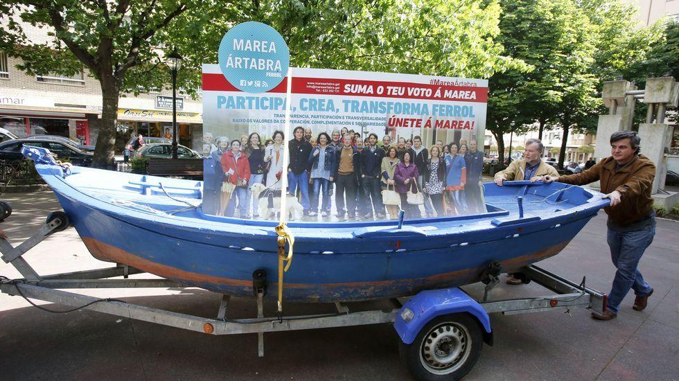 La chalana de Marea Ártabra llegó hasta el barrio de Ultramar de Ferrol. Una barca de cinco metros con un gran cartel electoral a cuestas acompaña a los integrantes de la candidatura en los actos en los que la anchura de las calles y la disponibilidad del «chófer» que lo remolca lo permiten.