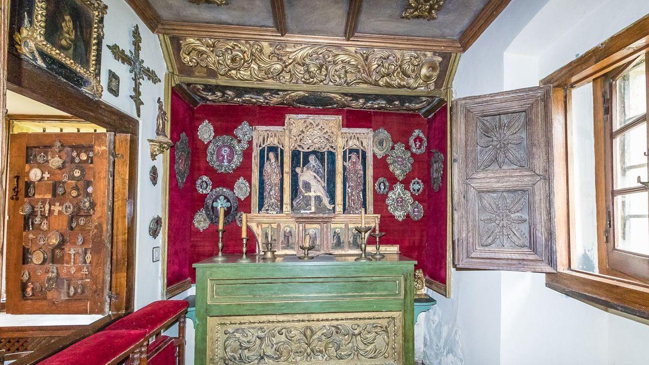 Las pilas que guarda Meirás.Un pequeño altar de la casa de Carmen Polo y Francisco Franco en San Cucao (Llanera, Asturias). Contiene un tríptico, cruces, candelabros y pilas bautismales