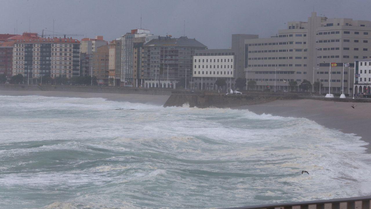 Asíllegaron las olas al paseo marítimo de A Coruña.Santiago Abascal saluda a los asistentes al mitin de Vox celebrado en Vigo durante la campaña electoral del 10N