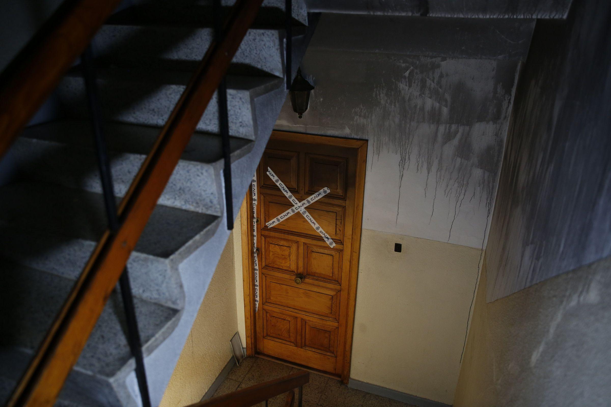 La puerta del inmueble donde vivía el octogenario fallecido, que está precintada