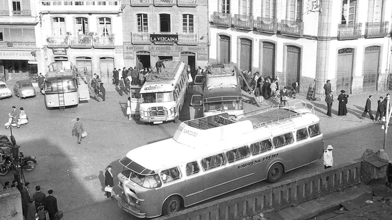 REPRODUCCION DE UNA FOTOGRAFIA HISTORICA DE LA ANTIGUA ESTACION DE AUTOBUSES -HOY CRUCE DE LA RUA CASTELAO CON RONDA- HECHA DESDE LA PORTA DA ESTACION, EN LA MURALLA