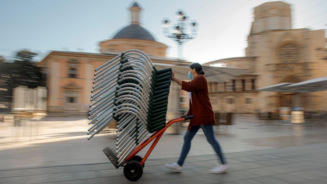Hosteleros de A Coruña participaron en una cadena humana para llevar alimentos a la Cocina Económica
