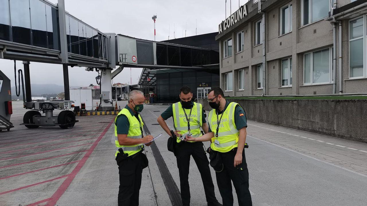Agentes del equipo Pegaso de la Guardia Civil examinan un dron en el aeropuerto de Alvedro