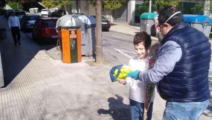 Policía Local, Policía Nacional y Protección Civil de Vigo dan ánimos a los trabajadores de Povisa..La Guardia Civil recibió cajas de guantes de parte de los pulpeiros de O Carballiño