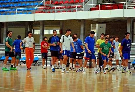 El equipo durante un entrenamiento esta temporada en el pabellón municipal.