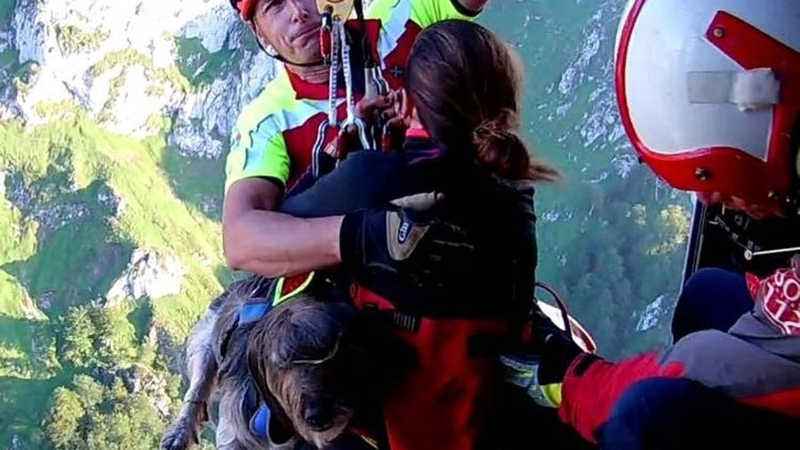 Dos senderistas y su perro, rescatados por un helicóptero en Picos de Europa.Los concejales del PSOE de Siero, Noelia Macías y César Díaz