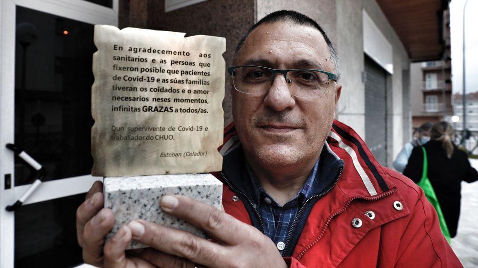 Esteban Sánchez, con la placa que entregará a los trabajadores de la sexta sur del CHUO