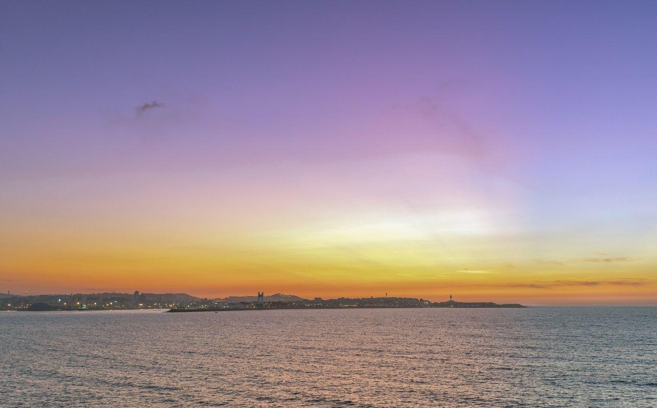 El astrofotógrafo gallego pudo capturar un degradado de colores en el cielo, desde el violeta hasta el amarillo