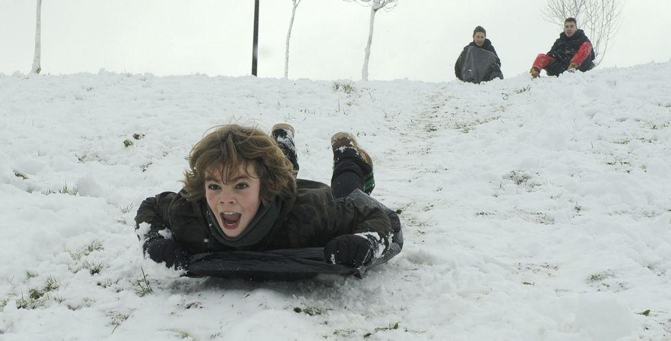Dinero.<span lang= es-es >La nieve, diversión para los más pequeños</span>. La otra cara de la nieve es la que viven los más pequeños, que ayer pudieron disfrutar de una estampa poco habitual en sus ciudades ya que miles de ellos no acudieron a clase; en la foto un niño se desliza en trineo en Lalín.