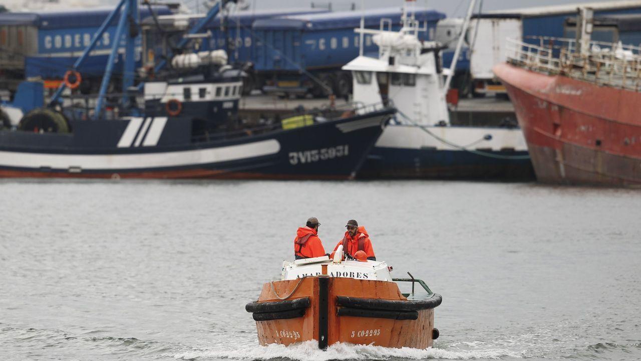 Tras depositar la fianza de 170.000 euros que le exigía el Gobierno de Dublín, Irlanda retiene por problemas para la navegación al Punta Candieira, que en la foto aparece en una procesión marítima de Celeiro