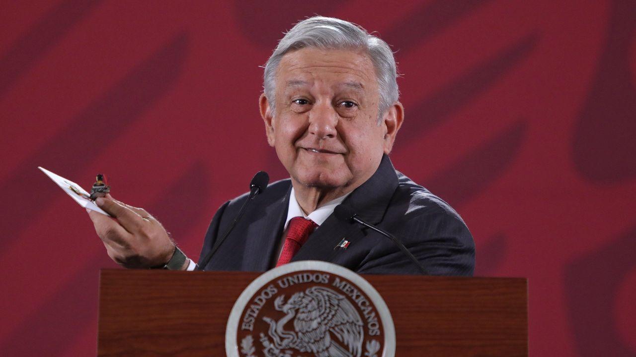 López Obrador mostró durante su conferencia matutina de este martes la cámara espía encontrada en un salón de Palacio Nacional la semana pasada