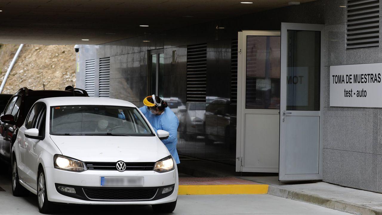 Profesionales sanitarios continúan realizando PCR en el puesto test-auto ubicado en el hospital mariñano