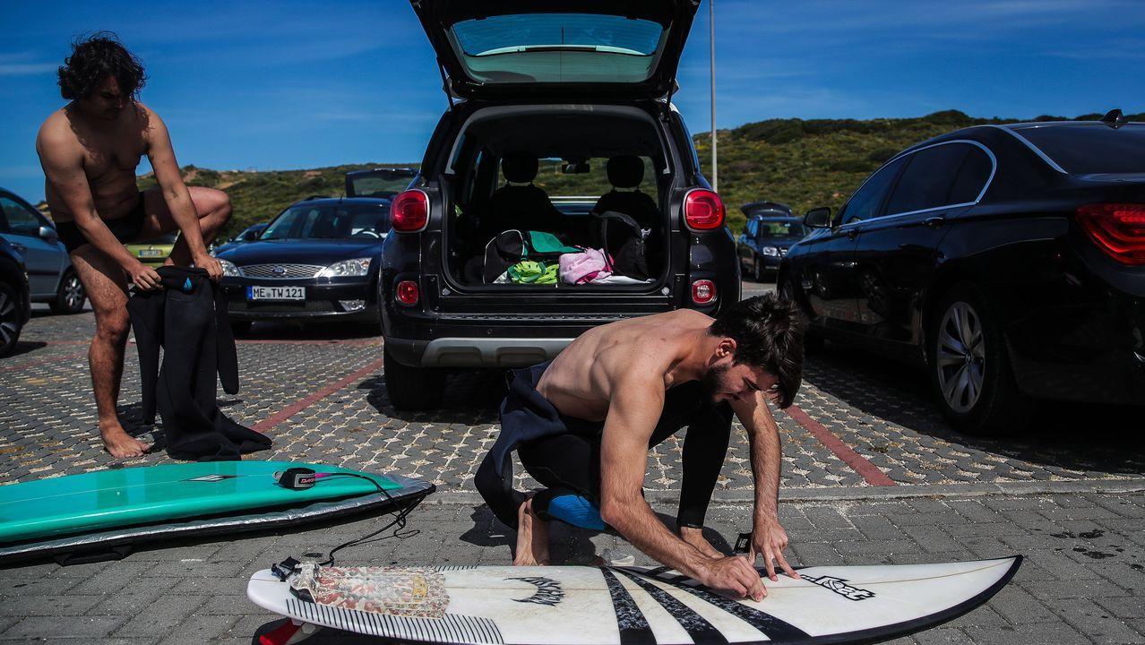 Surfistas preparan sus tablas en una playa de Ericeira, Portugal