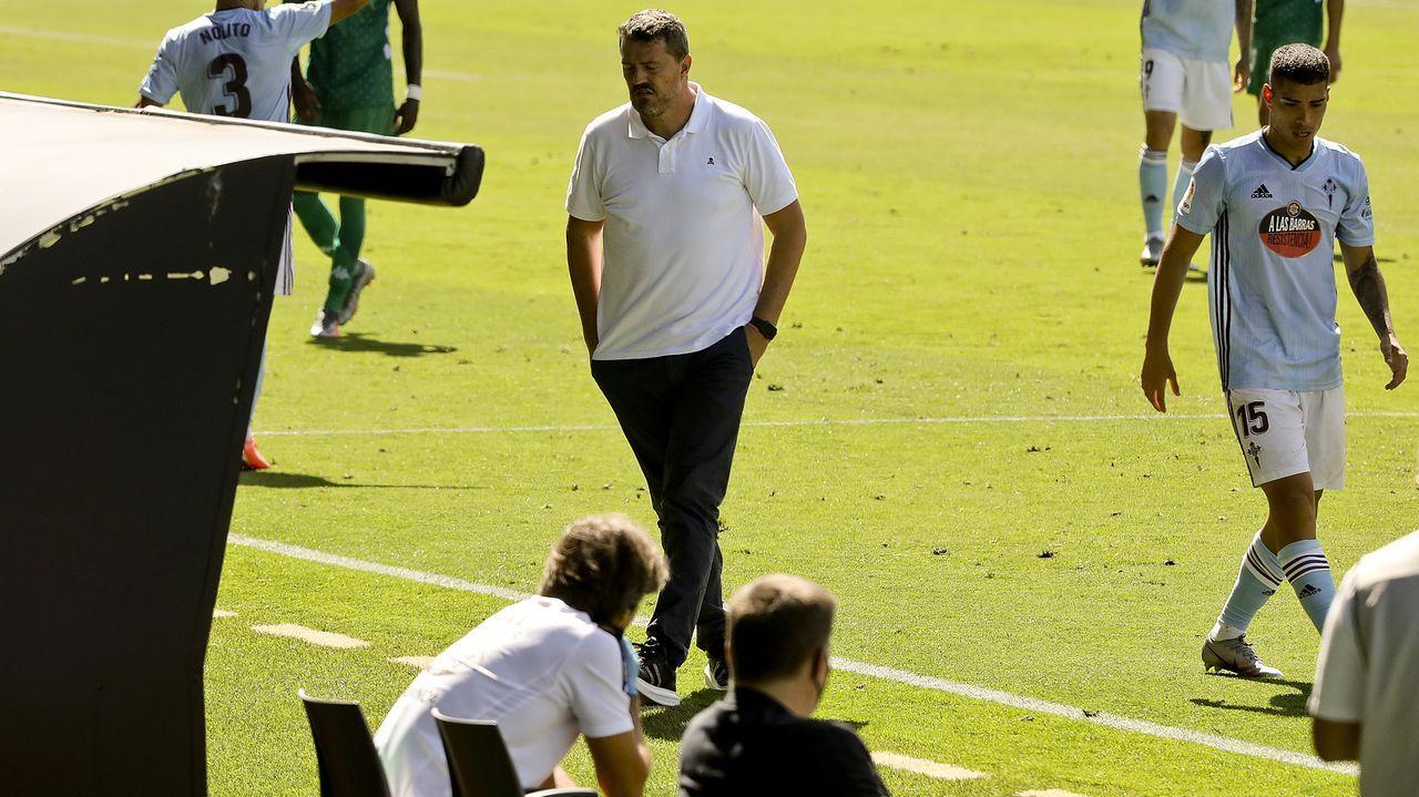 Descontrol y pocas precauciones en las celebraciones por el ascenso del Sabadell.Los futbolistas del Granada mantean al técnico Diego Martínez