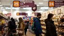 Compradores en un supermercado de Londres
