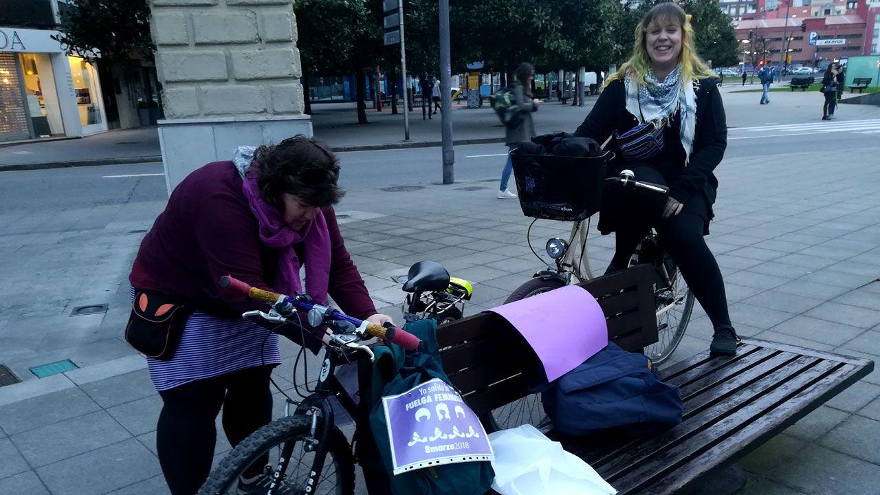 Así acoge Asturias la«nueva normalidad».Huelguistas del 8M preparan sus bicicletas para el «bicipiquete» en la plaza del Humedal de Gijón