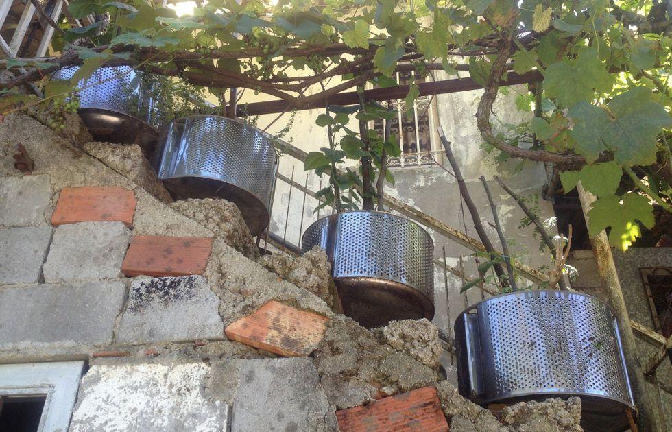 <span lang= es-es >Una «maceta» clásica</span>. En A Ponte Vella de Arriba, en Santiago, a los tambores de lavadora se les dio otro uso.
