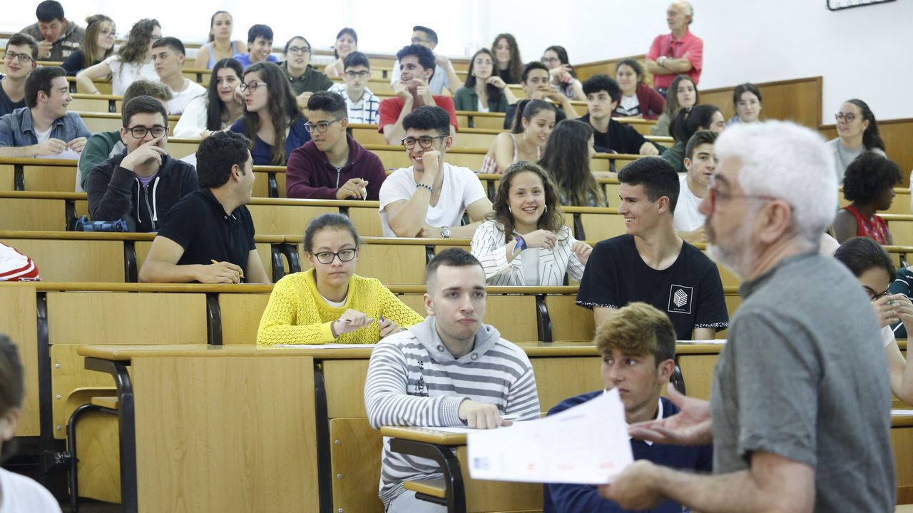 Realizacion de uno de los exámenes de selectividad en la Facultad de Derecho de Santiago el año pasado