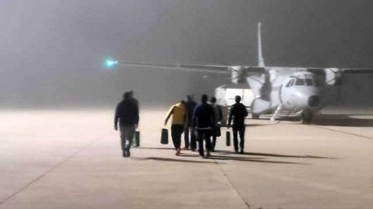 Los integrantes de la Brigada Central de Salvamento Minero a punto de embarcar en el Airbus hacia Asturias