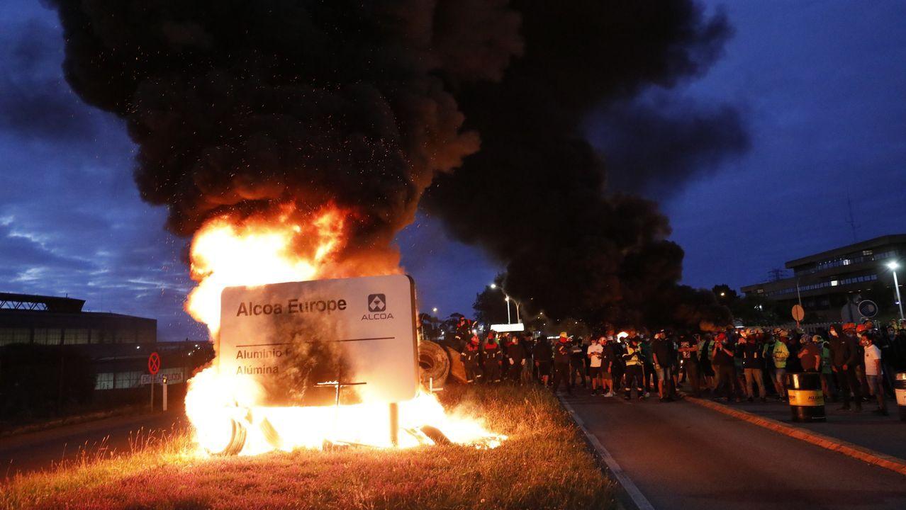 Las protestas de Alcoa, en imágenes.Colas de vehículos, en gran parte con caboverdianos, para hacer pruebas ayer en el hospital