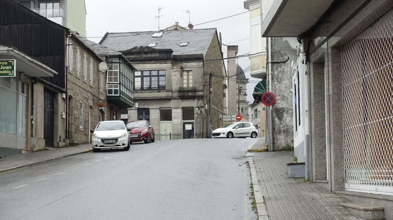 Vista de la calle Rosalía de Castro, con la avenida da Coruña al fondo